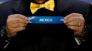 Fue Diego Maradona quién sacó el nombre de México en el sorteo de la Copa del Mundo