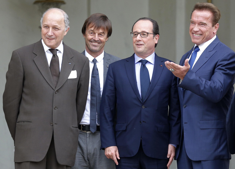 Arnold Schwarzenegger (d) se reuniu com o presidente francês, François Hollande, o ecologista Nicolas Hulot e o chanceler francês, Laurent Fabius (e), em Paris.