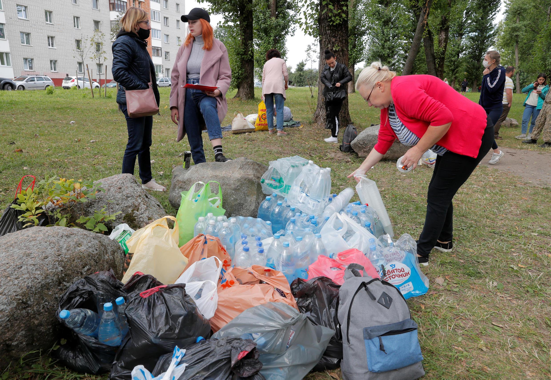 Волонтеры собирают помощь возле изолятора на улице Окрестина в Минске. 13 августа 2020.