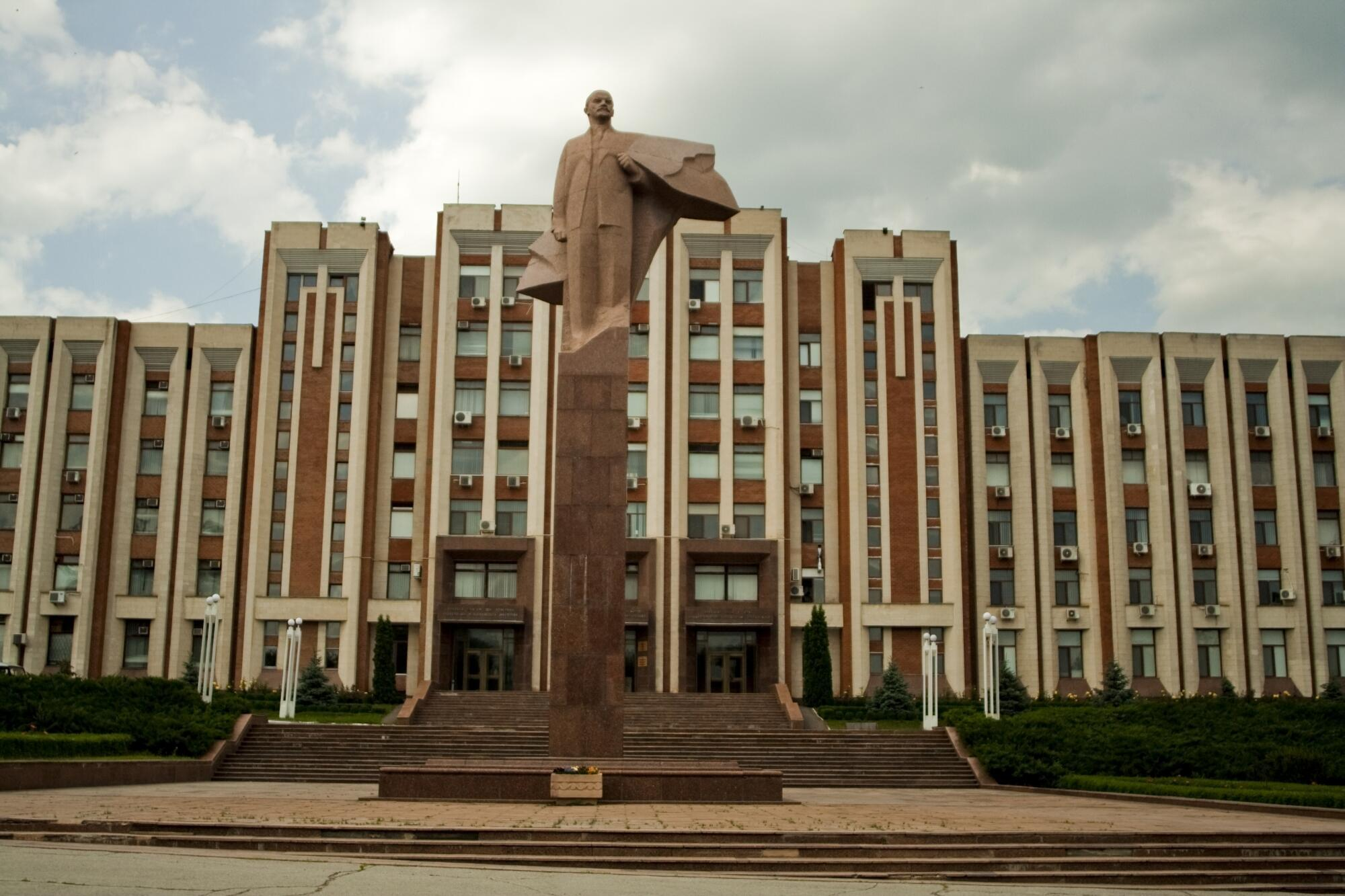 La statue de Lénine devant le soviet suprême de Tiraspol en Transnistrie.