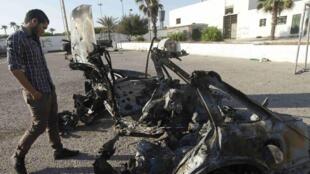 利比亞軍人檢查2012年8月19日在首都的黎波里軍校附近爆炸的汽車