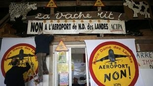 Противники нового аэропорта расклеивают листовки в Нотр-Дам-де-Ланд, ноябрь 2015 г.