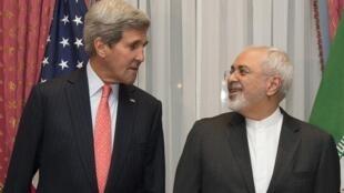 Hạt nhân Iran : Ngoại trưởng Mỹ John Kerry và Ngoại trưởng Iran Zarif trước khi ngồi vào bàn họp ở Lausanne, Thụy Sĩ, ngày 16/03/2015.