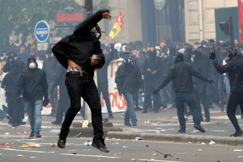Протестующие в масках на парижских шествиях, 1 мая 2018 года.