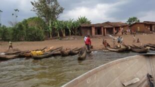 Petit port de pêche burundais sur le lac Rweru où ont été enterrés quatre cadavres.