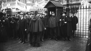 Foule devant le Palais de Justice de Paris lors du procès de Marguerite Steinheil le 1er novembre 1909.