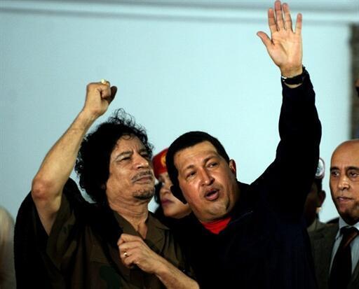 El presidente libio Muamar Kadafi y su homólogo venezonalo, Hugo Chávez, en la isla Margarita en septiembre de 2008.
