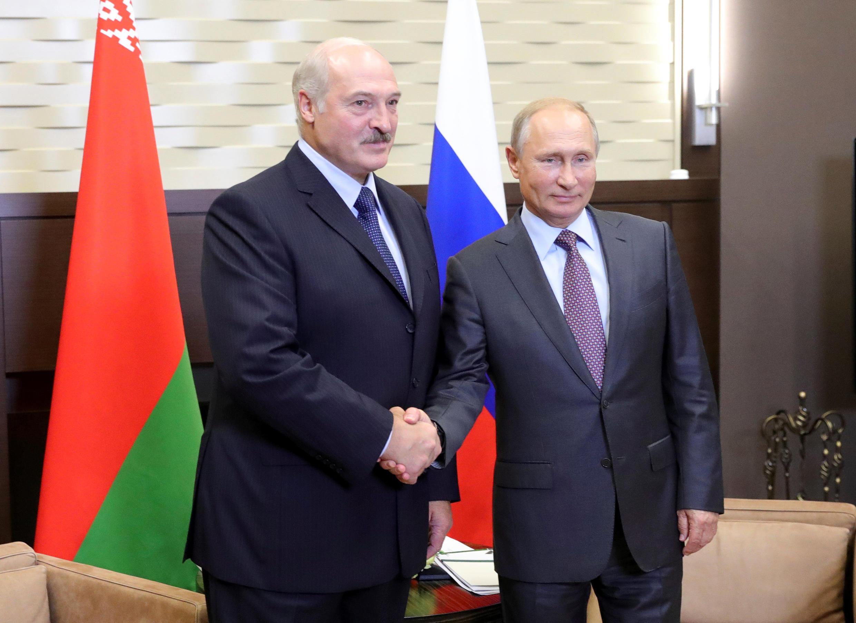 Александр Лукашенко (слева) и Владимир Путин в Сочи, 21 сентября 2018.