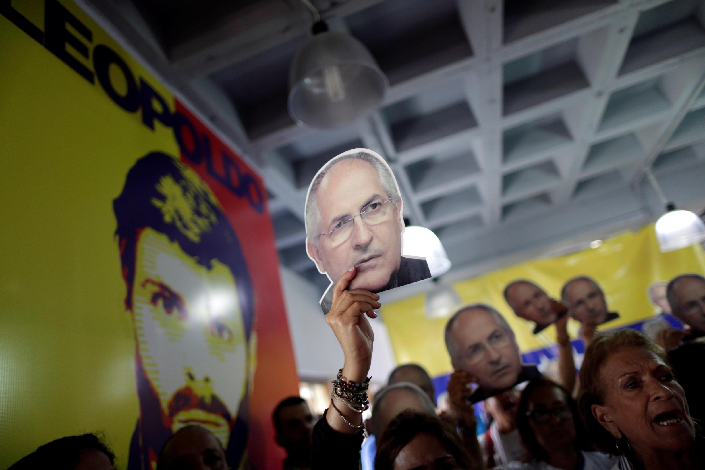 Simpatizantes de la oposición con fotos de Antonio Ledezma (atrás, la foto de Leopoldo López).