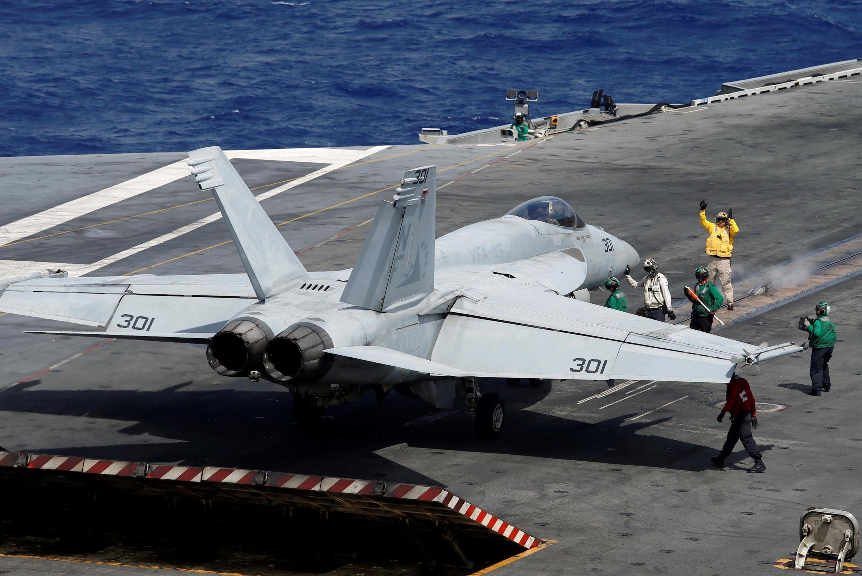 Chiến đấu cơ Mỹ F/A -18 chuẩn bị cất cánh từ tàu sân bay USS Ronald Regan, trong vùng Biển Đông. Ảnh chụp ngày 30/09/2017.