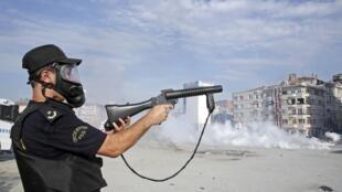 La police a investi la place Taksim avec l'aide de chars à canons à eau et en usant force gaz lacrymogènes, ce mardi matin 11 juin 2013.