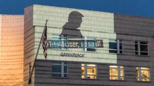 سازمان گرینپیس در اعتراض به تصمیم ترامپ، تصاویری را بر ساختمان سفارت آمریکا در برلن نمایش داد