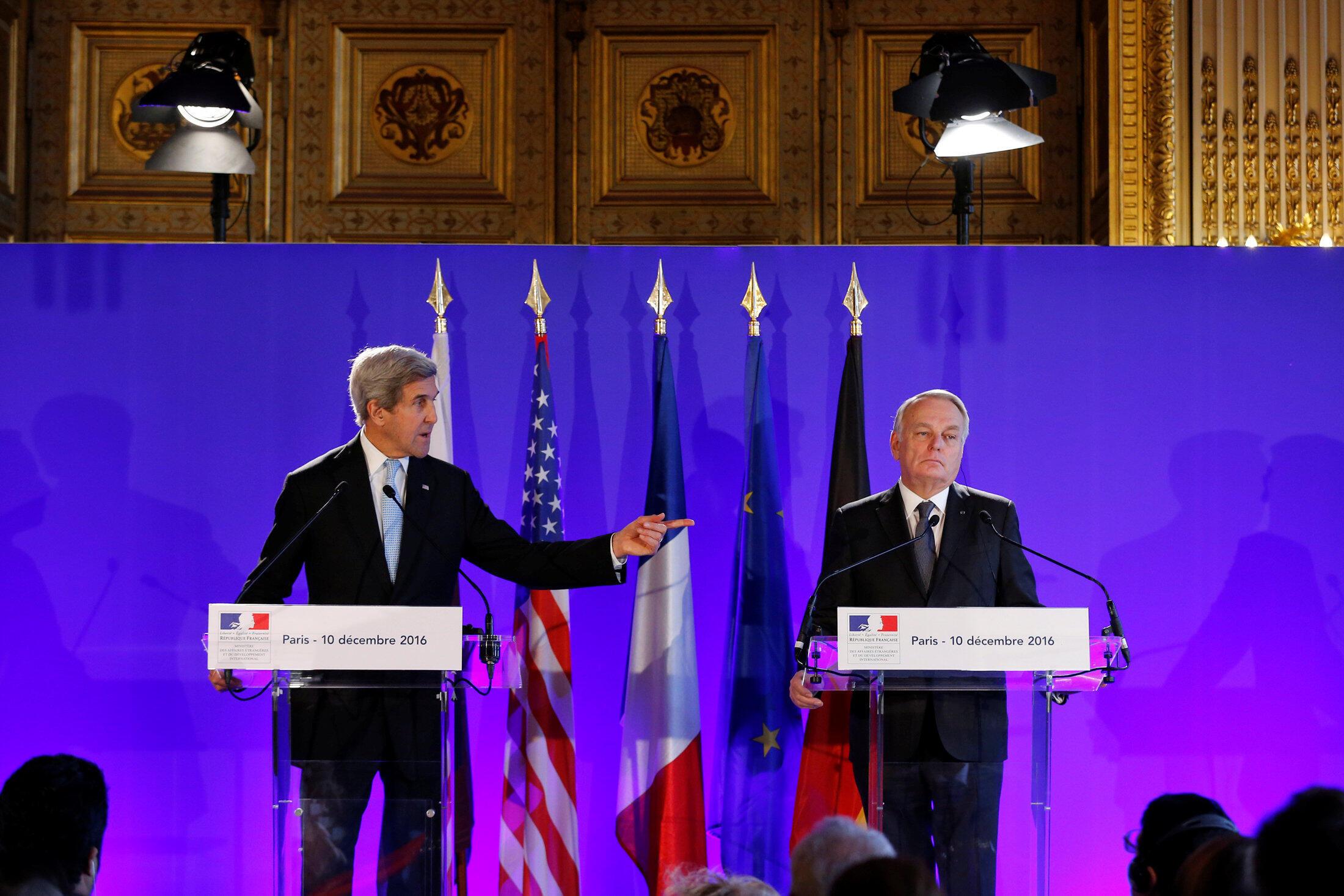 Le secrétaire d'Etat américain John Kerry et le ministre français des Affaires étrangères Jean-Marc Ayrault, lors de la réunion de Paris, le 10 décembre 2016.
