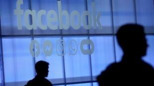 """""""Con el objetivo de promover el entorno de seguridad en Facebook, suprimimos cualquier contenido que aliente el suicidio o la automutilación, incluidas algunas imágenes explícitas (...) que según los expertos podrían incitar a ciertas personas a adoptar un comportamiento similar"""", advierte la red en sus normas, que rigen para 1.800 millones de usuarios."""