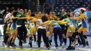 A seleção brasileira comemora uma das vitórias no campeonato mundial realizado na Sérvia.