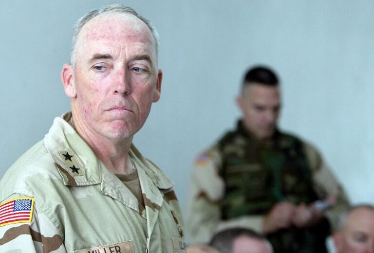 Генерал Миллер был начальником в Гуантанамо (2002-2004), а затем занял ту же должность в иракской тюрьме в Абу-Грейб (на фото)