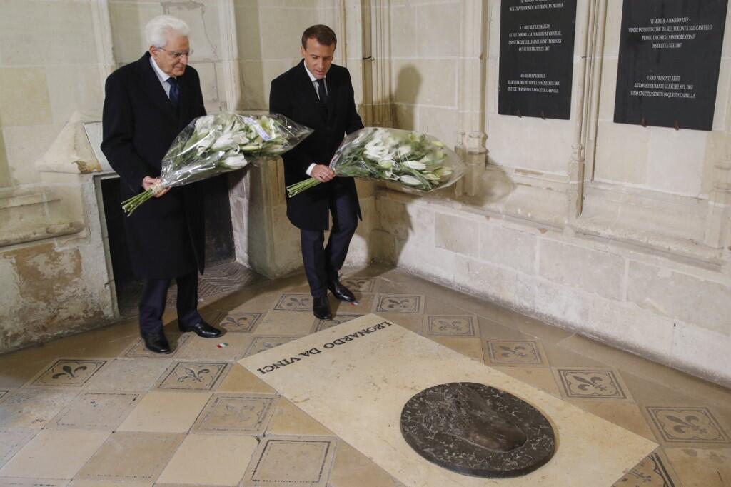 Le président italien, Sergio Mattarella ( à g.), et le président français, Emmanuel Macron, déposent une gerbe sur la tombe de Léonard de Vinci, au château d'Amboise.