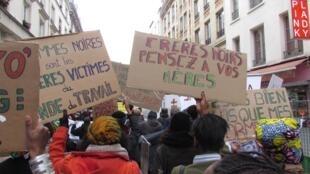 Coletivo de feministas negras Mwasi, em passeata do 7 de março de 2016, em Paris.