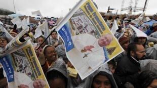 Des milliers de fidèles accueillent le pape au sanctuaire  marial d'Aparecida le 24 juillet 2013.