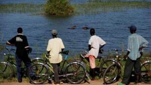 Mvua inayonyesha imesababisha Ziwa Tanganyika kujaa na kusababisha mafuriko katika maeneo yaliyo pembezoni ya ziwa hilo, ikiwa ni pamoja na mtaa wa Gatumba.le 12 mai 2010.