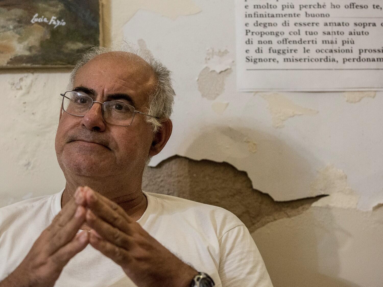 Don Palmiro Prisutto, prêtre d'Augusta, une figure centrale de la contestation, dénonce depuis des années la situation des habitants qui vivent autour du pôle industriel de Priolo, des citoyens soumis à un «chantage à l'emploi», victimes de cancer...