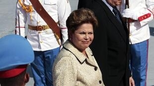 O ministro do Comércio e Investimento Externo, Rodrigo Malmierca, ao lado da presidente Dilma Rousseff durante visita a Havana.