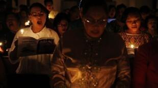 Dân Indonesia thắp nến cầu nguyện cho các nạn nhân sóng thần 2004 tại Banda Aceh - Reuters