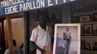 Stéphane Ewolo, historien de son pays par vocation, vend toutes sortes de produits datant de l'époque de Bokassa (portraits, numéros de Bangui Match, et autres timbres).