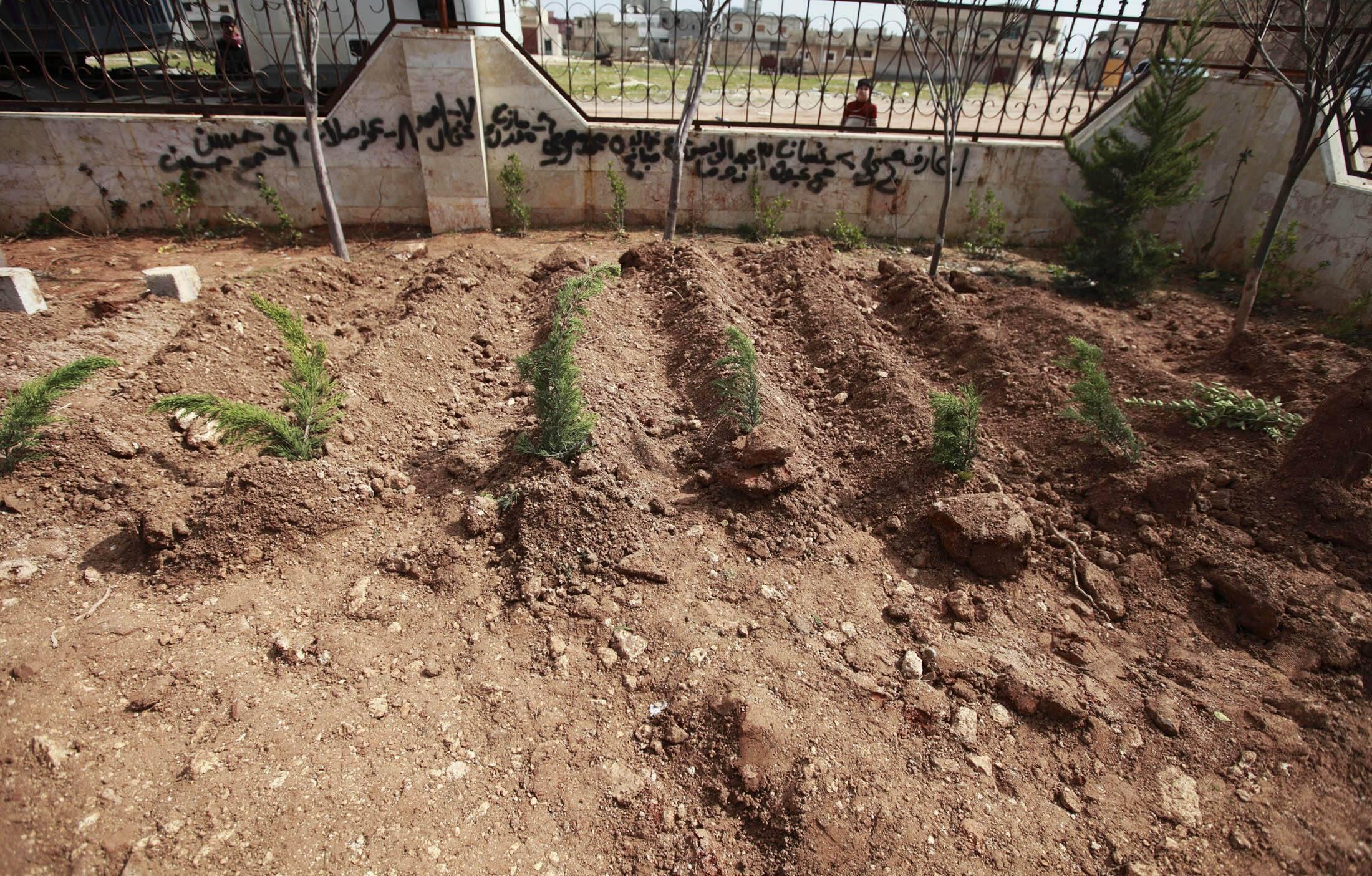 Свежие могилы жителей убитых во время обстрела сирийской армией г. Идлиба 28/02/2012