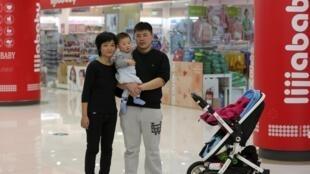 Zhao Xingqiu y  su esposo no piensan tener un  segundo hijo porque, según ellos, no es fácil criar un niño en China, Pekín, 30 de octubre de 2015.