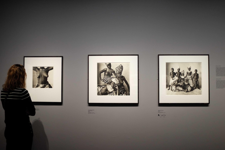 Un visiteur regarde au Grand Palais les photos prises en 1967 par Irving Penn au Dahomey.