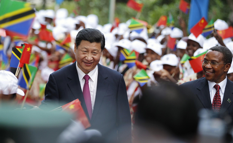 Rais wa China, Xi Jinping (Kushoto) akiwa na mwenyeji wake rais wa Tanzania, Jakaya Kikwete (Kulia)