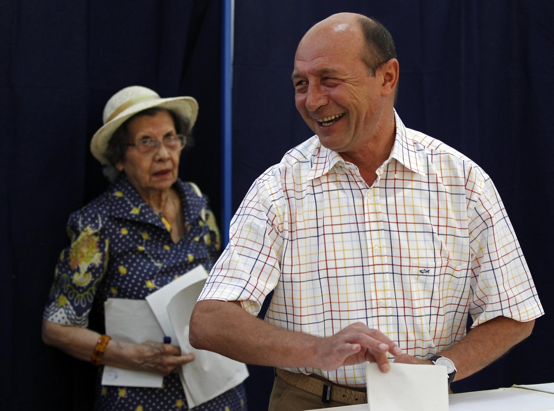 Tổng thống Rumani Traian Basescu tại phòng  phiếu bầu Hội đồng thành phố tại Bucarest, ngày 10/06/2012.