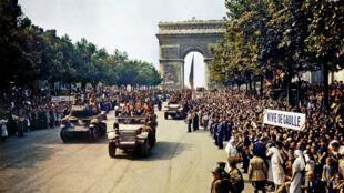 Desfile das tropas vitoriosas francesas após a liberação de Paris.