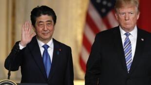 Thủ tướng Nhật Shinzo Abe (T) và tổng thống Mỹ Donald Trump lúc kết thúc cuộc họp báo tại Palm Beach, Florida. Ảnh ngày 18/04/2018.