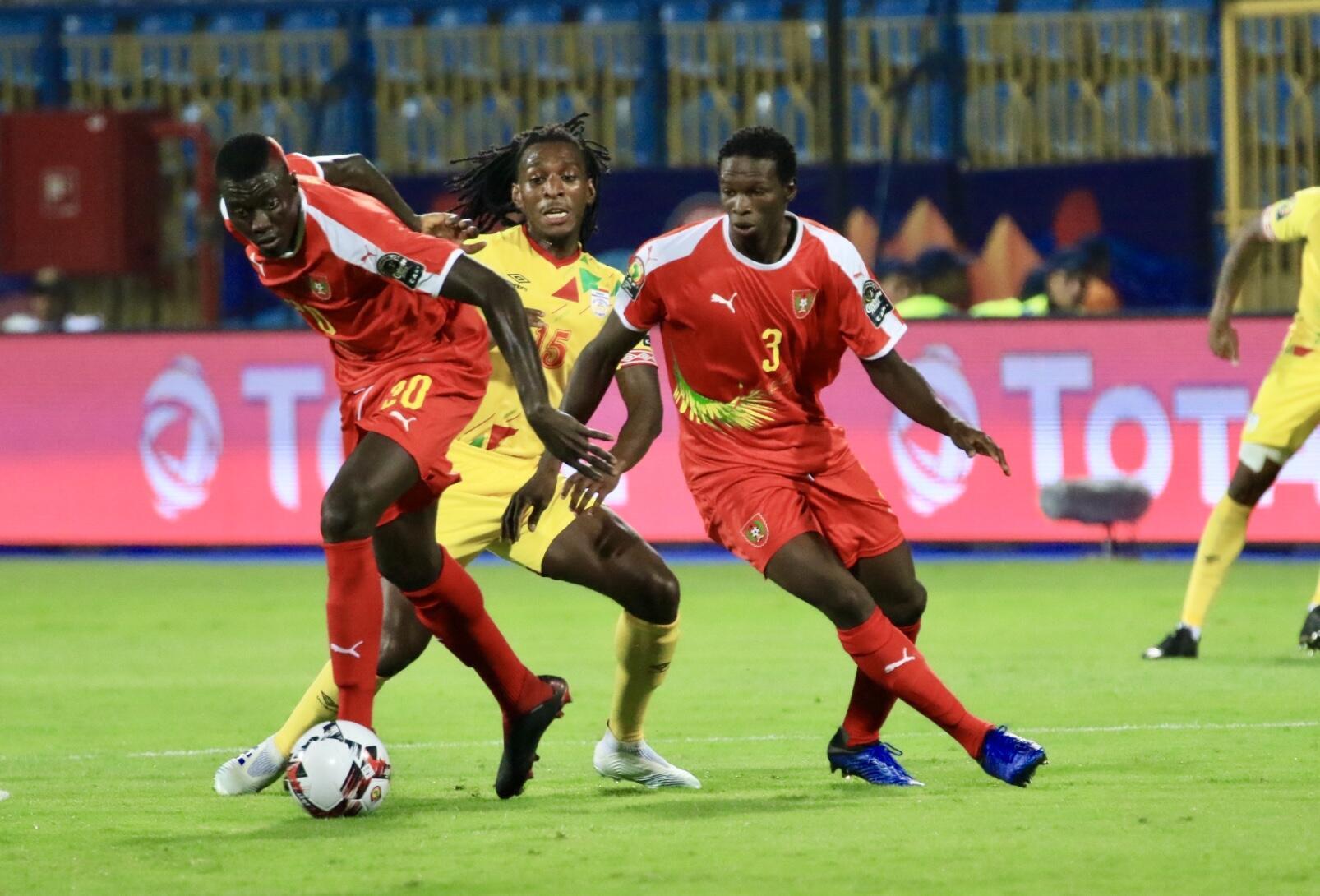 Os guineenses Sori Mané e Bura impedem Sessi D'Almeida de recuperar a bola.