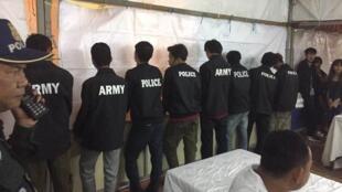 អ្នកដែលបានពាក់អាវមានផ្លាកឈ្មោះ Police និង Army