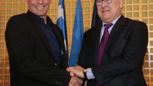 Le ministre grec des Finances Yanis Varoufakis (g) lors de la conférence de presse avec son homologue français Michel Sapin (d), à Paris, le 1er février 2015.