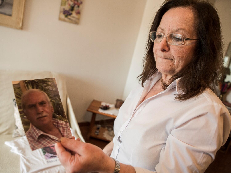 Lucia Franzò, veuve de Cosimo Rapisarda et membre du comité Stop Poisons. Son mari est décédé en février 2018 des suites d'un mésothéliome, le cancer du poumon causé par l'exposition à l'amiante. Cosimo Rapisarda était radiologue en milieu industriel.
