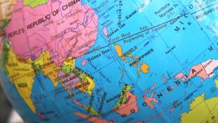 Quả địa cầu có ghi bản đồ lưỡi bò của Trung Quốc. Các đòi hỏi chủ quyền phi lý của Trung Quốc tại Biển Đông đã khiến cho các chuyên gia tin rằng chuyện Bắc Kinh đòi cả Thái Bình Dương không phải là vô lý.