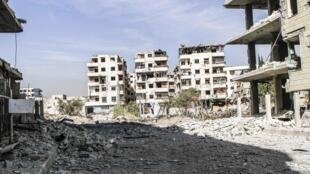 Prédios destruídos após ataque aéreo de forças oficiais no leste de Damasco, neste sábado.