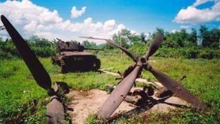Un char et des hélices d'un avion de combat : des vestiges de la bataille d'Indochine à Dien Bien Phu au Vietnam.