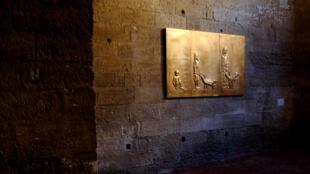 « L'Âge d'or », bas-relief en cuivre plaqué or. Dimension : 123 x 163 x 6,5 cm. Exposé dans « Surfaces », exposition de bas-reliefs d'Adel Abdessemed à l'Église des Célestins dans le cadre du Festival d'Avignon.