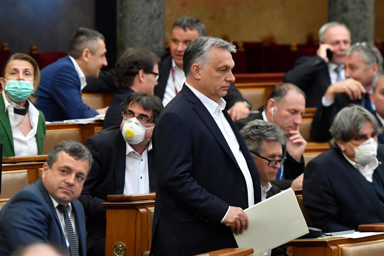 Le Premier ministre hongrois Victor Orban face au Parlement, le 30 mars 2020 à Budapest.