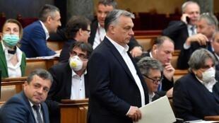 Le Premier ministre hongrois Victor Orban face au Parlement, le 30 mars 2020 à Budaptest.