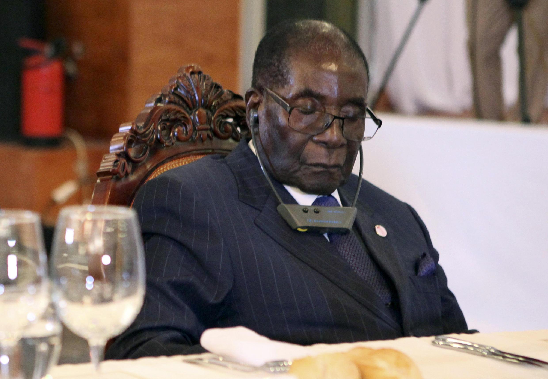 Le président zimbabwéen, Robert Mugabe, assoupi lors du dîner officiel du sommet Afrique-France, le 13 janvier 2017, à Bamako.