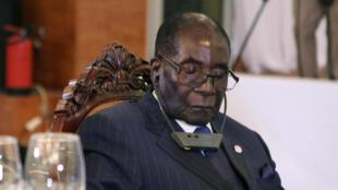 Le président zimbabwéen, Robert Mugabe, assoupi lors du dîner officiel du sommet Afrique-France, le 13 janvier à Bamako.