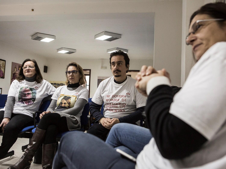 Le groupe Stop Poisons rassemble des militants, des retraités de l'industrie et des parents de victimes du cancer. Ils se réunissent une fois par mois au presbytère de l'église de Don Palmiro Prisutto pour discuter de l'évolution de la situation...