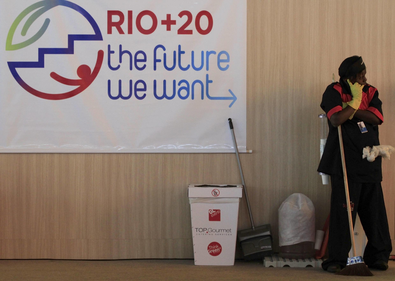 Agente de limpeza em estande da Rio + 20 no Riocentro no Rio de Janeiro