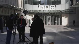 2012年,BBC伦敦总部门口的拍摄团队